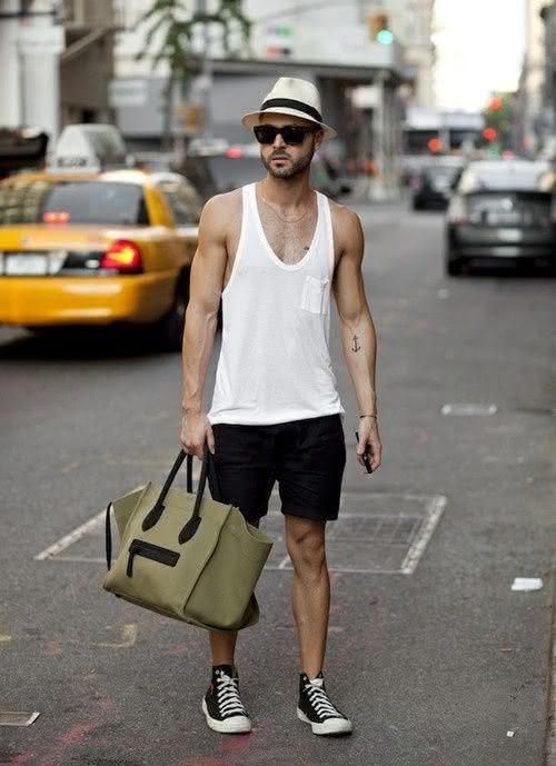 Camiseta-regata-cavada-branca-com-shorts